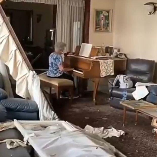 El vídeo viral de una mujer mayor tocando el piano bajo las ruinas en Beirut