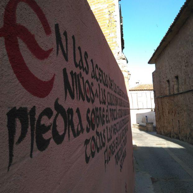 Mujeres rurales embellecen el casco antiguo de Sigüenza con textos de Baroja o Unamuno