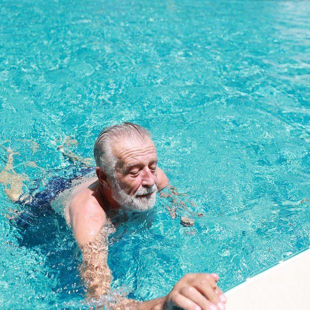 Los oftalmólogos advierten de lesiones en los ojos por el sol y el cloro en personas mayores