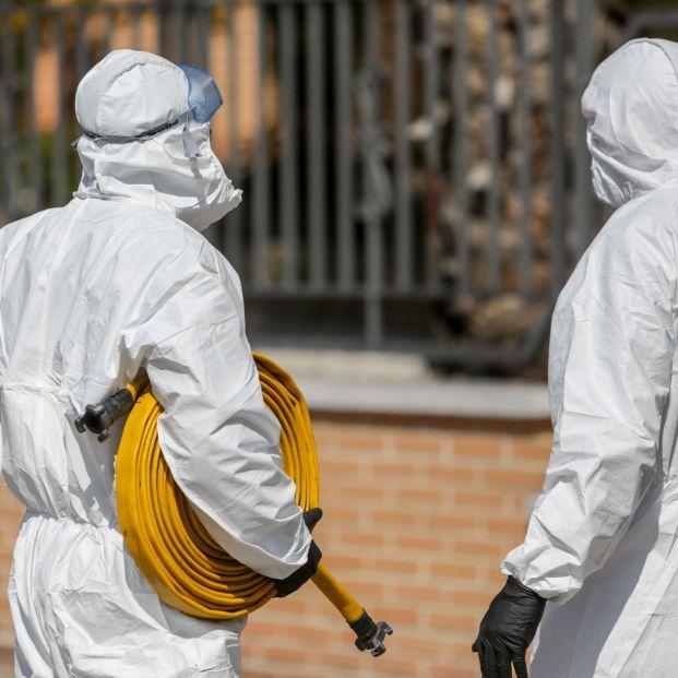 EuropaPress 2737835 dos militares ume preparan material minutos antes entrar residencia