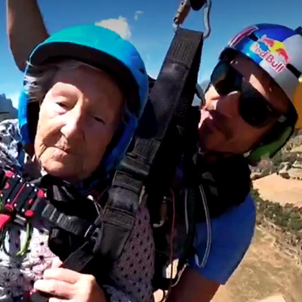 Virtudes cumple a los 92 años su sueño de volar en parapente