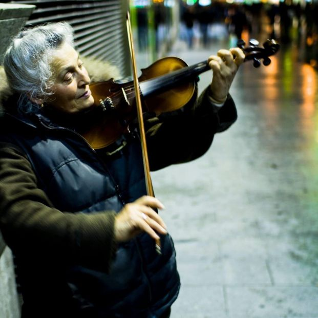 La calle Preciados, un violín y el amor de una pareja mayor como música de fondo