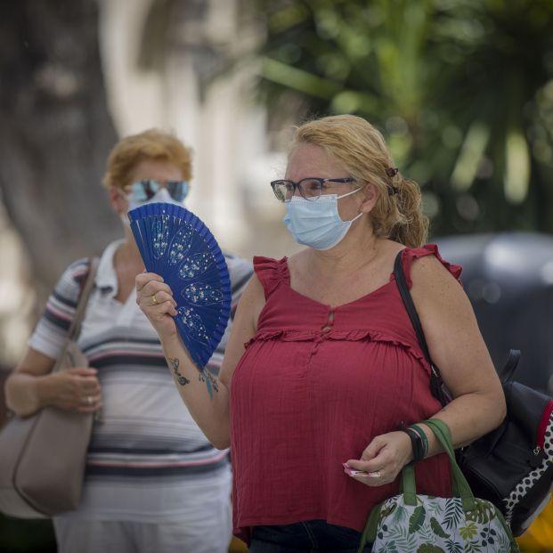 EuropaPress 3256539 mujer abanica mientras espera parada tranvia ola calor africano llegado