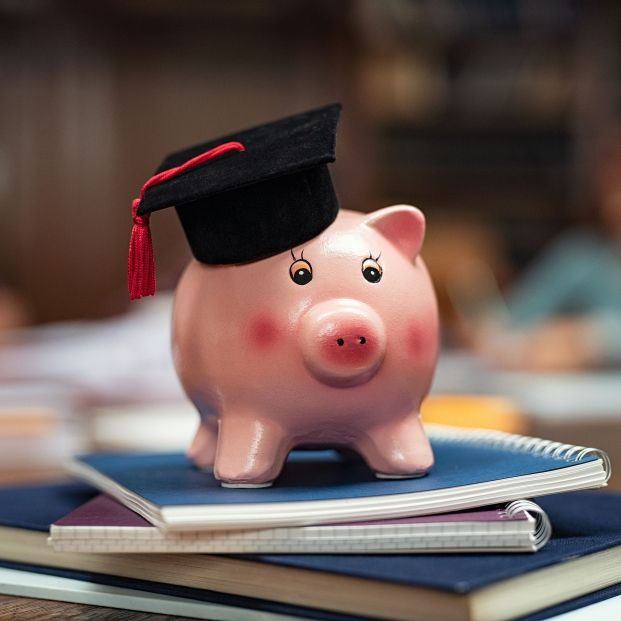 bigstock Piggy bank wearing mortar boar 357814247