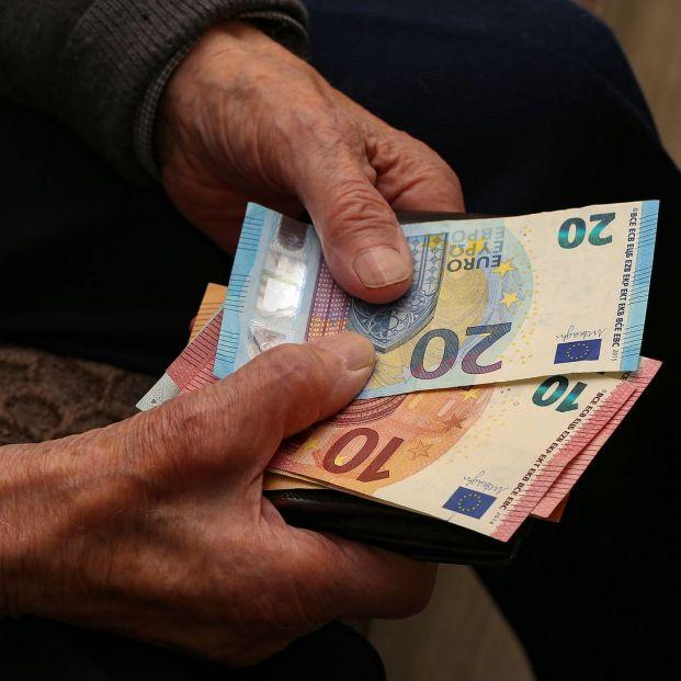 ¿Son demasiado generosas las pensiones? Los jubilados cobran de media un 51% más de lo que aportan