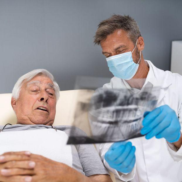 Estas son las razones por las que los implantes dentales triunfan en España
