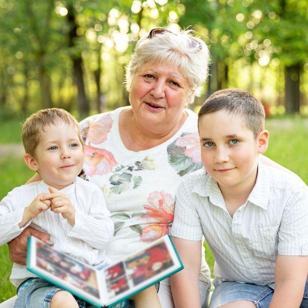 ¿Puedo abrir una cuenta bancaria a mi nieto sin informar a sus padres?