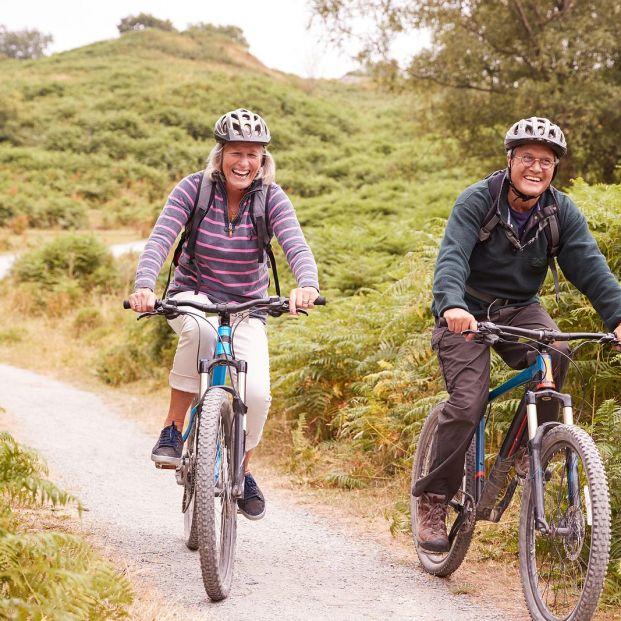 Dos personas haciendo una rutas en bicicleta para mantenerse activos
