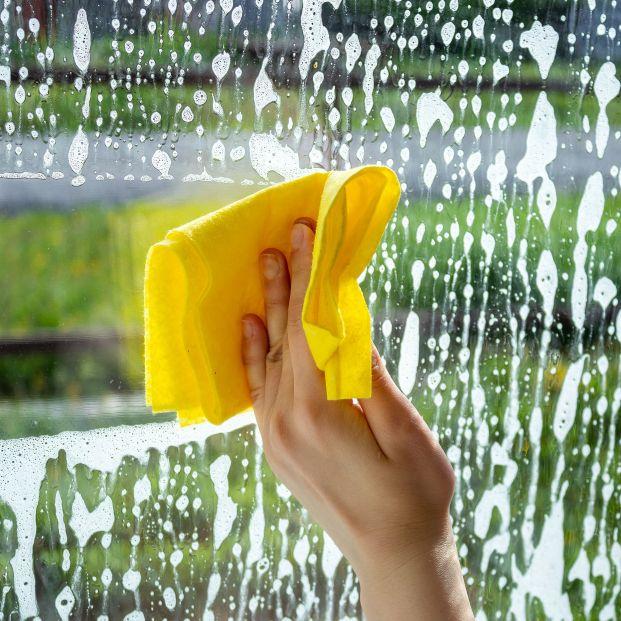 Trucos para limpiar los cristales y que queden relucientes