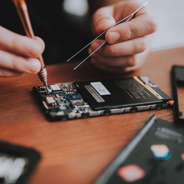 ¿Tienes problemas con tu móvil? ¿Sabes cómo puedes pedir una cita en un servicio técnico? (big stock)