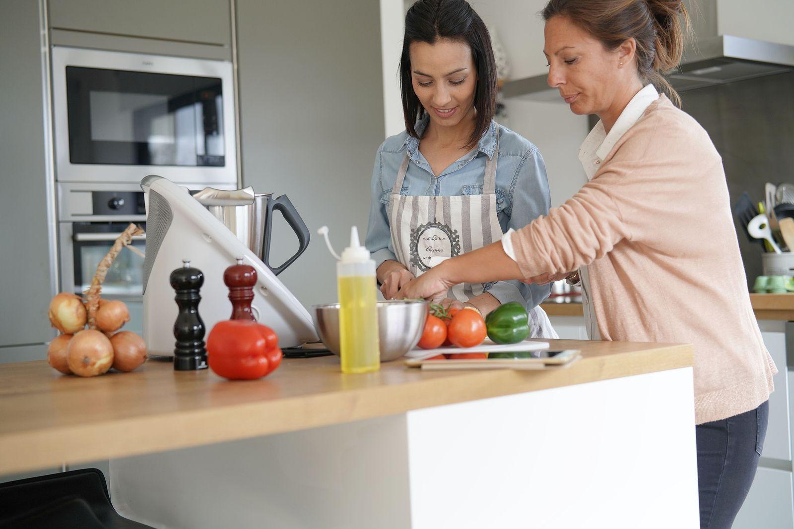 Cinco Robots De Cocina Con Los Que Te Olvidarás De Cocinar Para Siempre  (big Stock