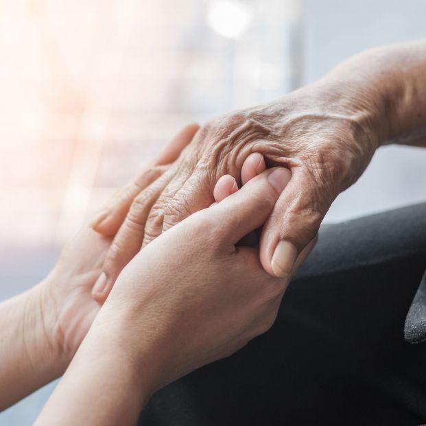 Por qué es importante contratar cuidadores a domicilio legalmente