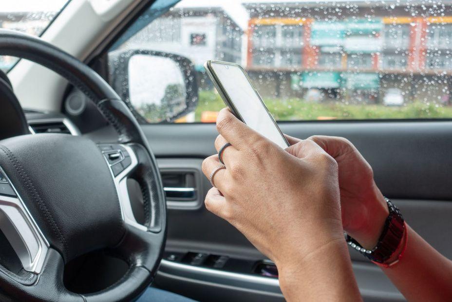 Utilizar el teléfono móvil conduciendo