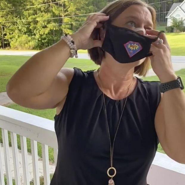 El truco viral de una profesora para respirar y hablar mejor con la mascarilla puesta
