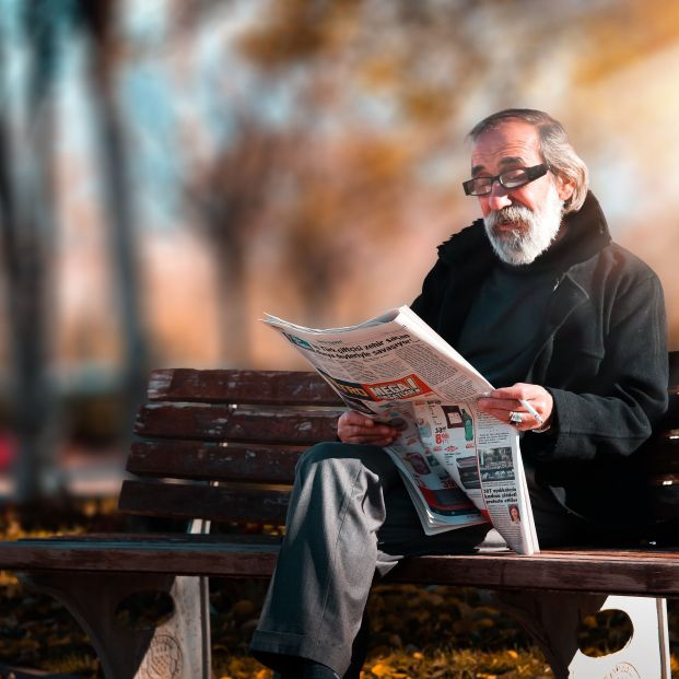 Persona mayor leyendo la prensa.