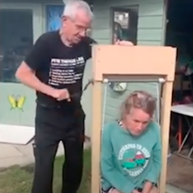 Un octogenario fabrica un ascensor para levantar a su mujer cuando se cae al suelo