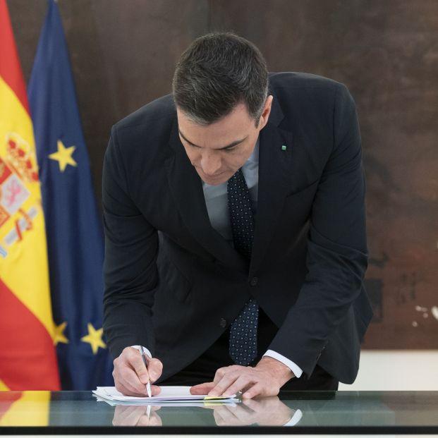 Pedro Sánchez ofrece por carta ayuda a Ayuso y le pide una reunión en la Puerta del Sol