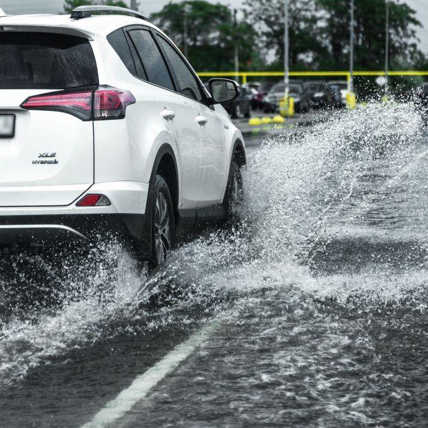 Lo que nunca debes hacer al conducir con lluvia