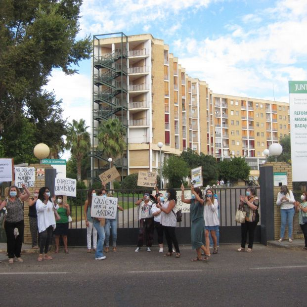 Concentración en una residencia de mayores de Badajoz para reclamar más días de visita
