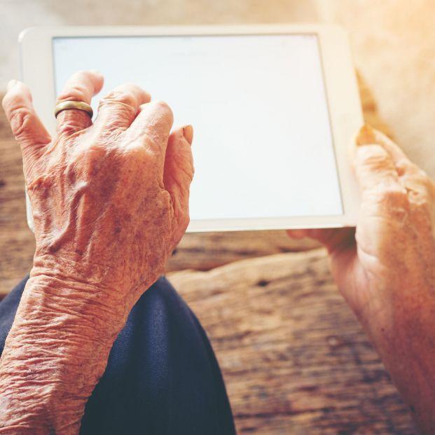 El programa de formación tecnológica para mayores de la AEB lanza su cuarta edición
