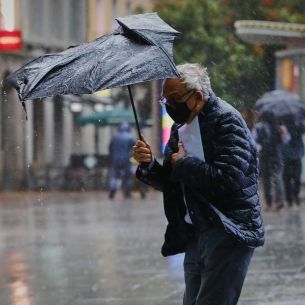 EuropaPress 3352851 persona camina centro capital jornada marcada lluvias bajada temperaturas