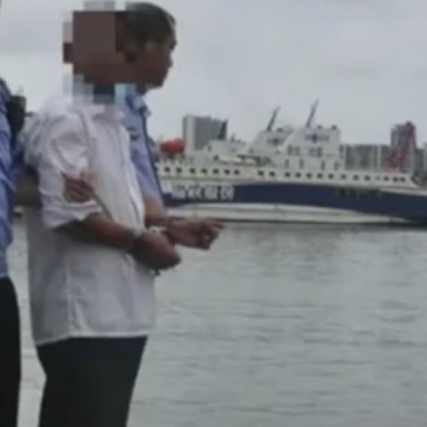 Estremecedor vídeo: Un hombre empuja a su hijo con discapacidad al mar para cobrar el seguro