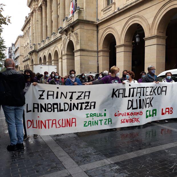 """Cientos de personas piden """"cuidados de calidad y condiciones dignas"""" en residencias de Guipúzcoa"""