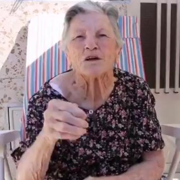 Una abuela de 88 años graba un vídeo para ayudar a su nieto a encontrar trabajo