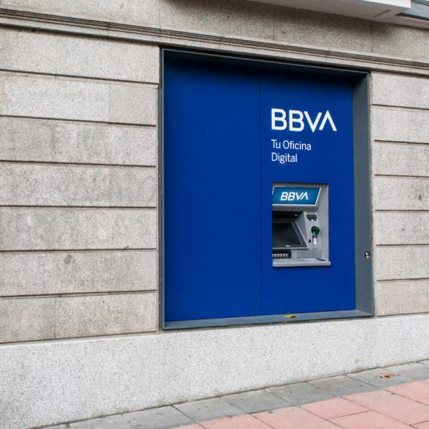 BBVA cobrará 2 euros por sacar efectivo en ventanilla y endurece las condiciones de la cuenta nómina