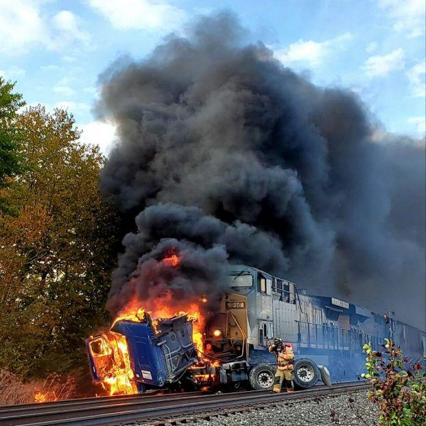 """Vídeo del brutal choque de un tren con un camión atrapado en las vías: """"¡Oh, Dios mío!"""""""