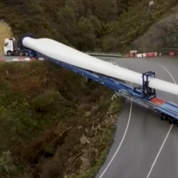 VÍDEO: El complicado y espectacular traslado en camión de las palas de un aerogenerador