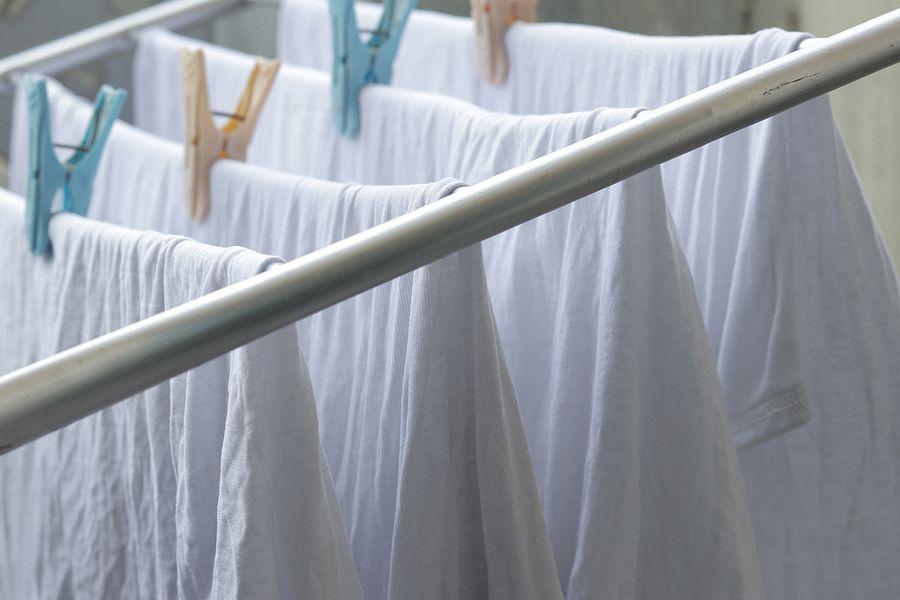 Wie man weiße Kleidung wäscht: Tricks, um es tadellos zu machen