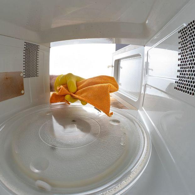 4 trucos para limpiar y desinfectar el microondas