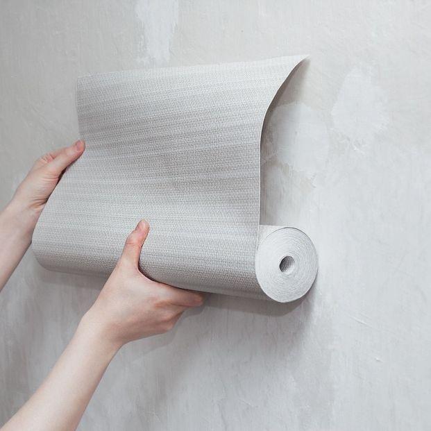 ¿Qué puedo hacer para evitar burbujas y bolsas de aire al colocar el papel pintado?