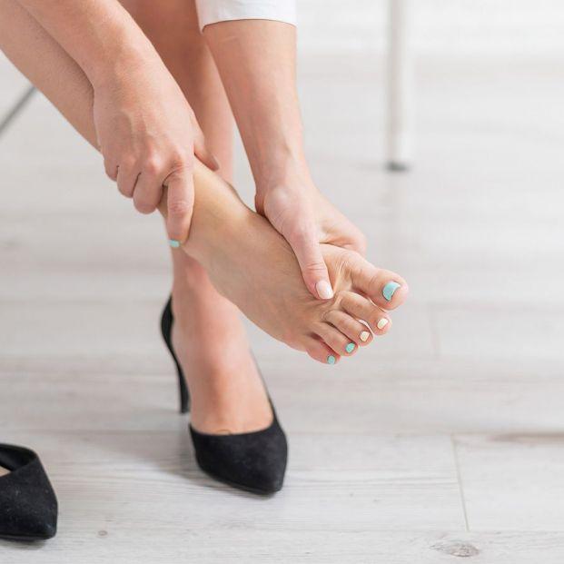 Atar tus dedos y otros 12 trucos definitivos para que tus zapatos no te hagan daño