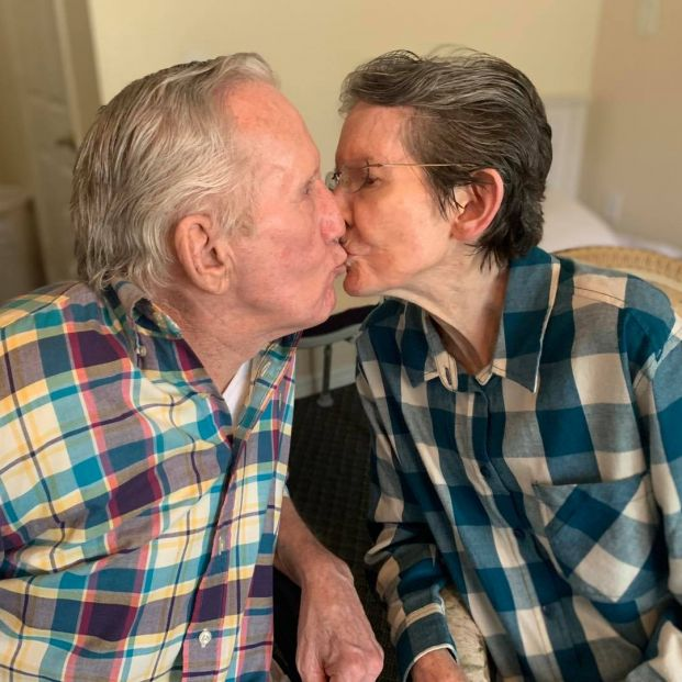 El emotivo reencuentro de una pareja tras 215 días separados por el coronavirus