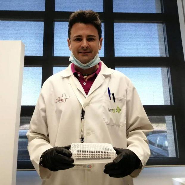 El investigador Esteban Orenes sujeta una de las 'trampas' que han creado para detectar la presencia del coronavirus en superficies. / Fede Morales