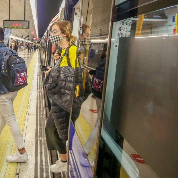 """Las claves para evitar el coronavirus en el metro: """"silencio total"""" y no hablar por el móvil"""