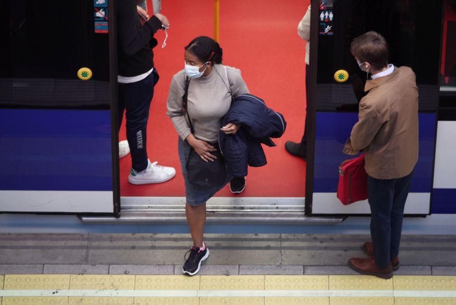 EuropaPress 3357830 mujer sale vagon metro estacion principe pio primer dia laborable