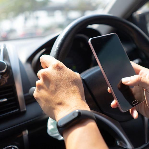 Tráfico endurece las sanciones por usar el móvil al volante