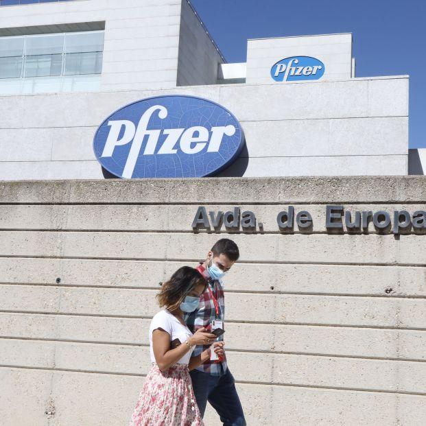Bruselas aprueba el acuerdo con Pfizer para comprar hasta 300 millones de dosis de su vacuna