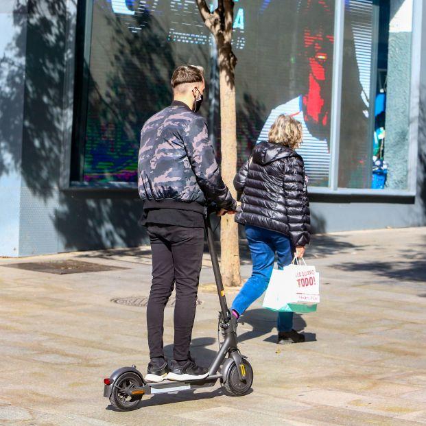 Mayores y personas con discapacidad aplauden que se prohíba a los patinetes circular por las aceras