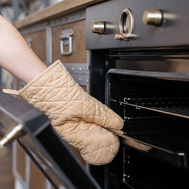 Truco para eliminar la grasa incrustada en la bandeja del horno