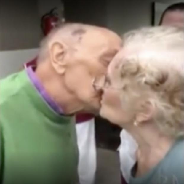 Un matrimonio de nonagenarios se reencuentra tras los tres meses de ella en un hospital por covid-19