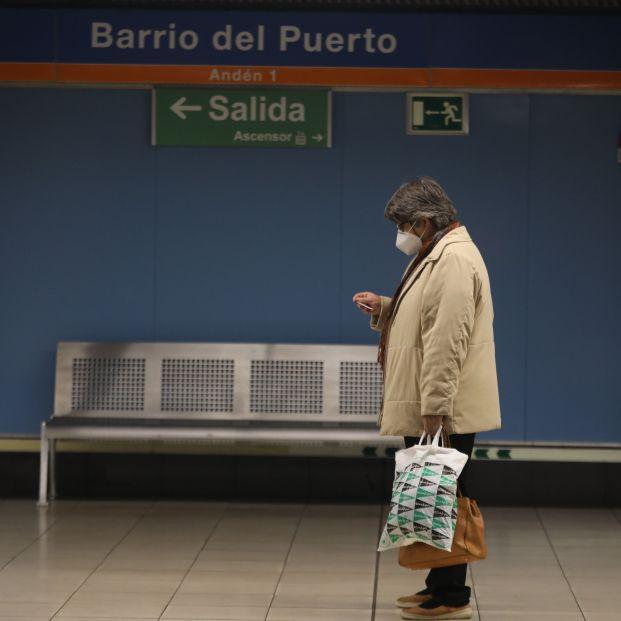 EuropaPress 3411499 mujer camina instalaciones metro barrio puerto zona basica salud doctor