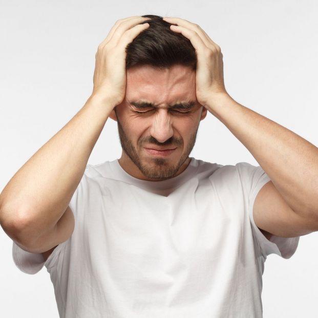 Personas que sufren las molestas migrañas (bigstock)