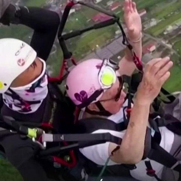 VÍDEO: Se convierte a los 105 años en la persona con más edad en volar en parapente