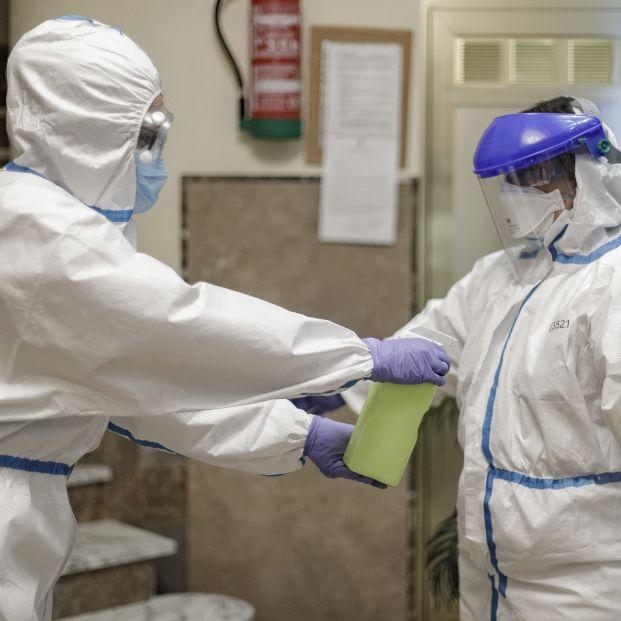 EuropaPress 3055372 trabajadora desinfecta doctor centro julian interior residencia mayores