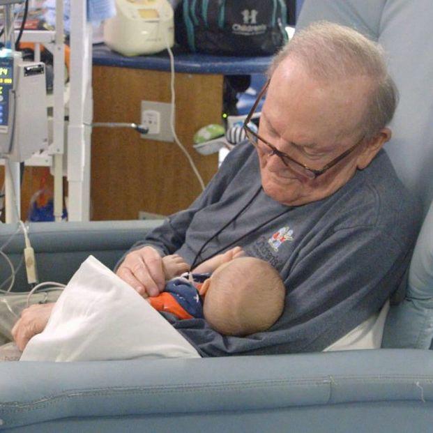Adiós al 'abuelo de la UCI', el hombre que abrazaba a bebés prematuros cuando sus padres no podían