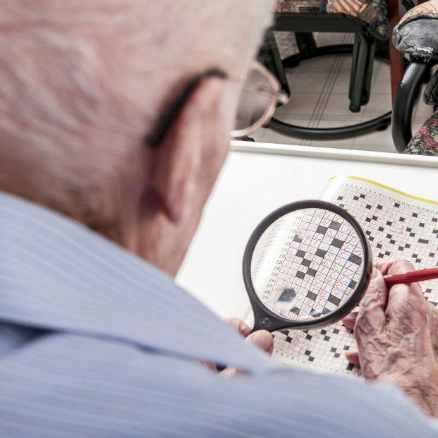 Una lupa es un buen objeto para facilitar la vida diaria de personas mayores (bigstock)